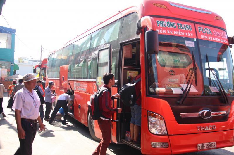 Xe Phương Trang phục vụ hành khách tại bến xe miền Tây