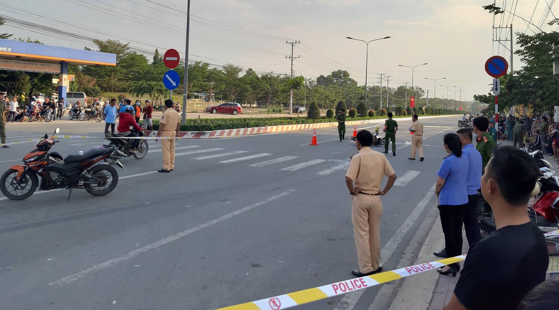 Cơ quan chức năng khám nghiệm hiện trường vụ tai nạn.