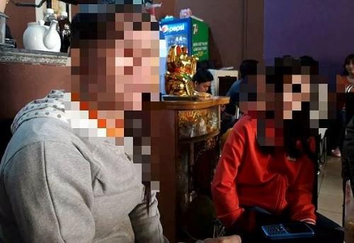 Bé P. (áo đỏ) kẻ lại vụ việc bị cha dượng x.âm hại. Ảnh: Tiền Phong