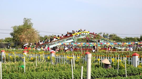 Khi thu vé, làng hoa Sa Đéc chú trọng đầu tư các cụm tiểu cảnh để phục vụ du khách