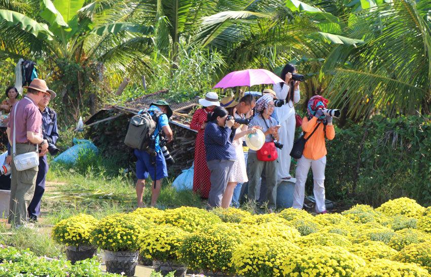 Cứ mỗi dịp Tết đến xuân về, các nhiếp ảnh gia lại tụ hội về làng hoa Sa Đéc thưởng ngoạn và mua sắm cây kiểng