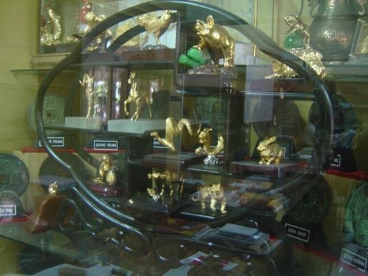 Những đồ vật quý hiếm được khách hành hương cúng bà - Ảnh: Nguyễn Hồ