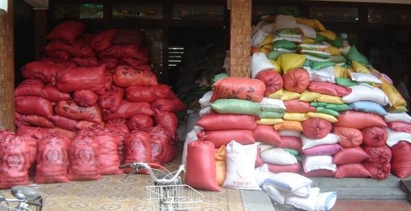 Gạo và muối mà khách hành hương cúng, chất thành kho - Ảnh: Nguyễn Hồ