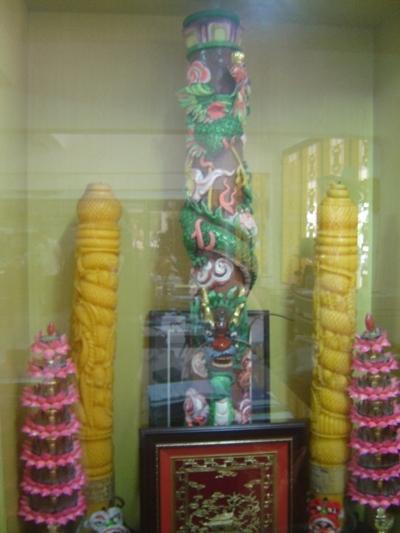 Cặp đèn cầy (nến) độc đáo ở miếu Bà - Ảnh: Nguyễn Hồ