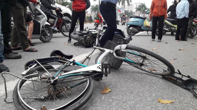 Chiếc xe đạp của ông Quyền bị đ.âm văng.