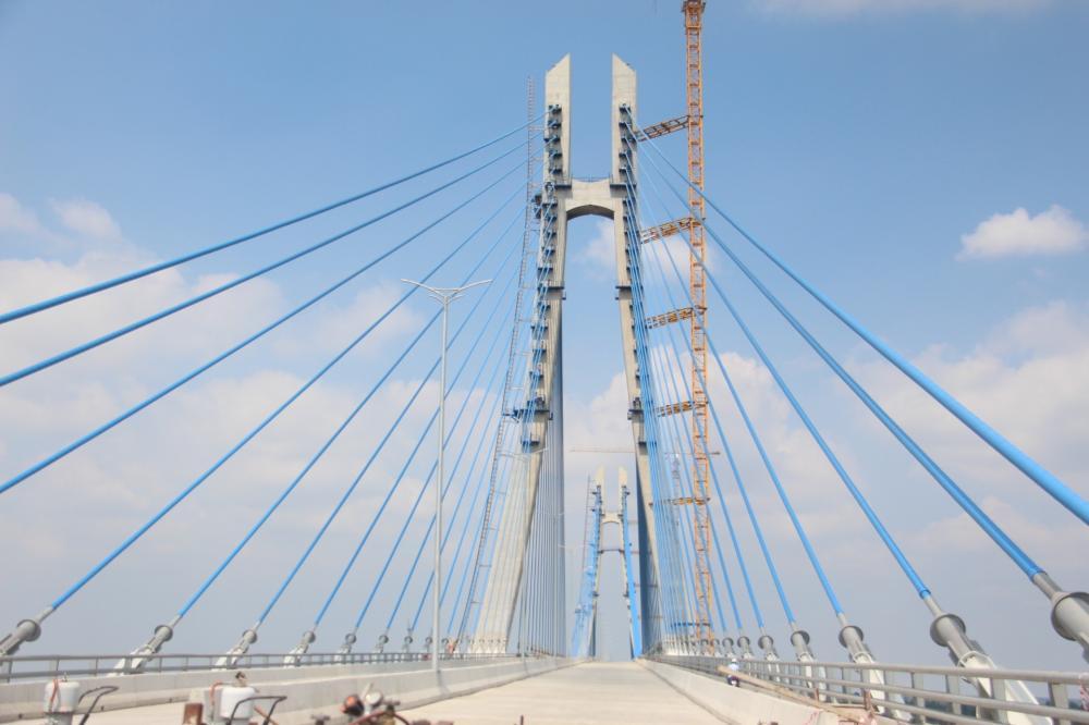 Cầu Vàm Cống bắc qua sông Hậu nối huyện Lấp Vò (tỉnh Đồng Tháp) và quận Thốt Nốt (thành phố Cần Thơ). Công trình được khởi công ngày 10/9/2013, có quy mô 4 làn xe cơ giới và 2 làn xe thô sơ (chiều rộng mặt cắt ngang cầu chính và cầu dẫn là 24,5 m), được thiết kế với vận tốc 80 km/giờ.