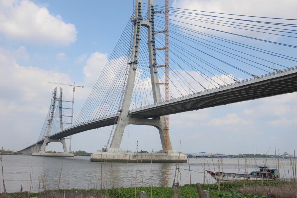 Cầu Vàm Cống bắc qua sông Hậu, nối tỉnh Đồng Tháp với TP Cần Thơ.