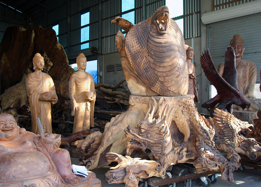 Một số phần phụ của bộ gốc, rễ bàng cổ thụ đã được ông Mai Kiên điêu khắc thành hình đầu rắn, rồng, quy, phụng...