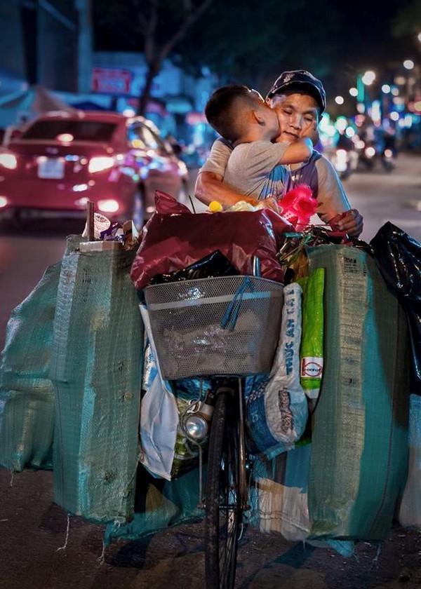Khoảnh khắc bé Thịnh hôn mẹ trên chiếc xe ve chai.
