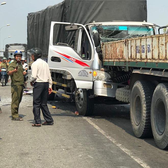 Chiếc xe tải đâm liên hoàn vào 2 người đi xe máy và chỉ dừng lại khi đâm vào đuôi xe tải chạy cùng chiều.