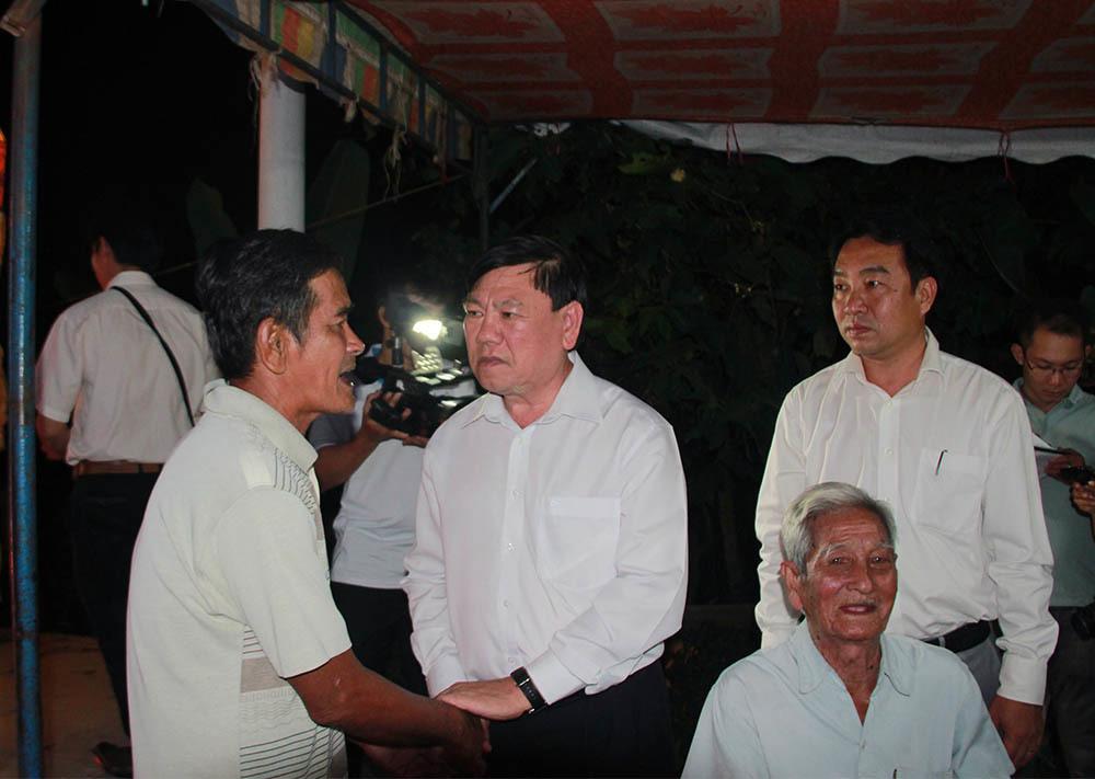 Bí thư Tỉnh ủy Vĩnh Long Trần Văn Rón đến thăm gia đình và viếng nạn nhân Ngô Thanh Bình