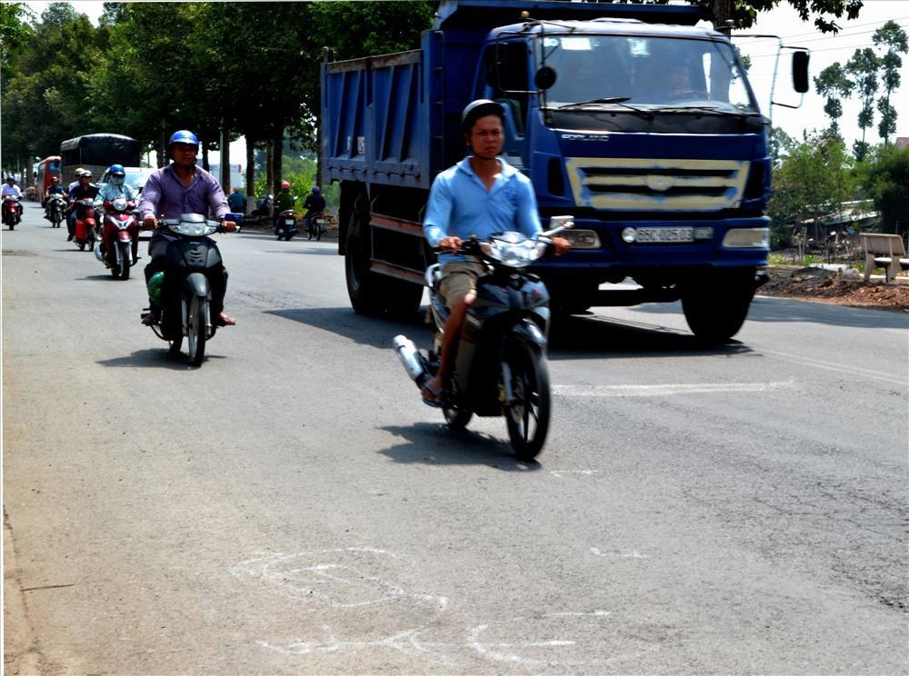 Mà còn đe dọa đến sức khỏe, tính mạng người tham gia giao thông. Trong ảnh là dấu trắng trên đường sau vụ tai nạn giao thông trên QL 30. Ảnh: Lục Tùng