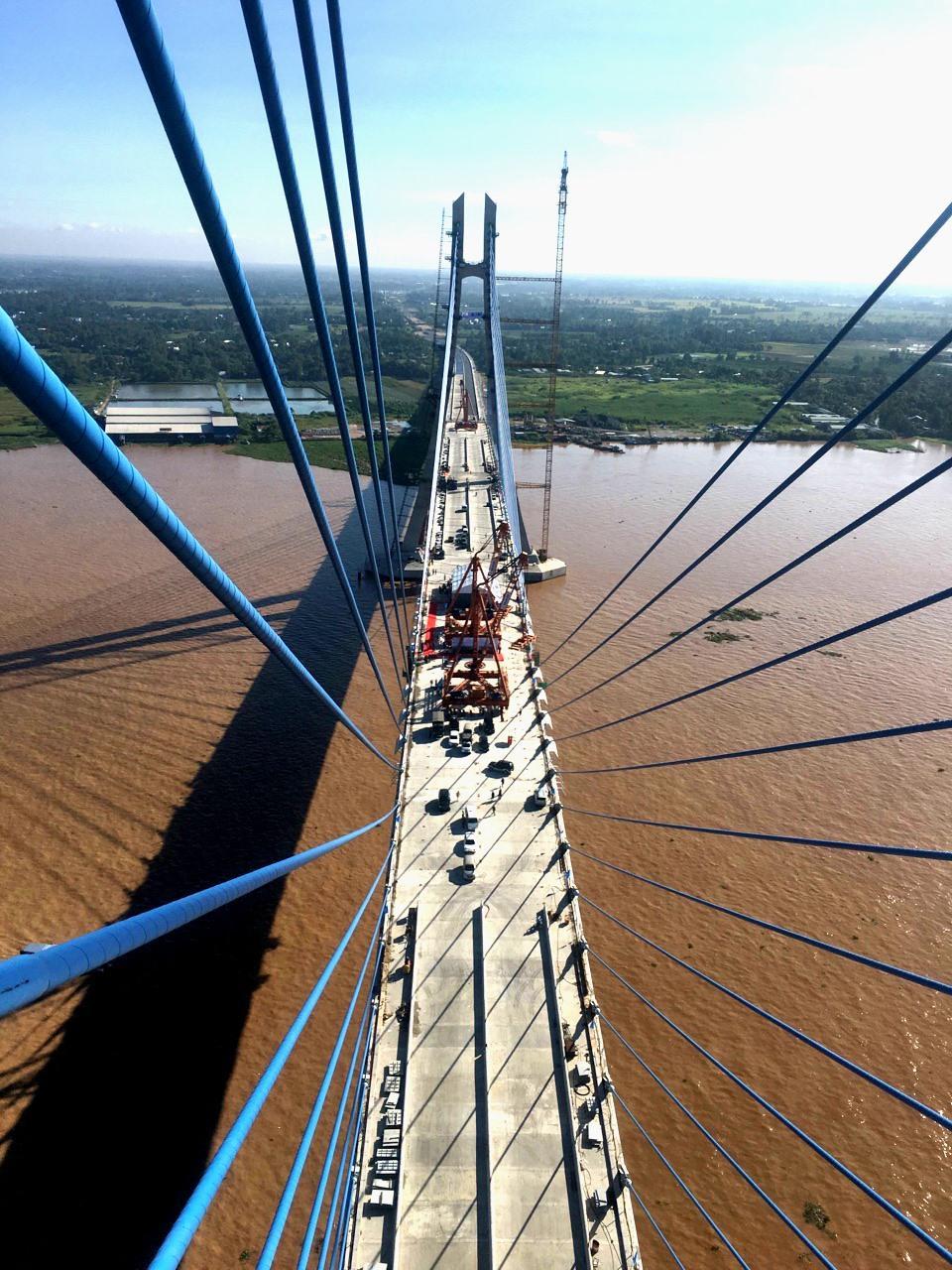Cầu Vàm Cống nhìn từ trên trụ cầu. Ảnh: Lục Tùng