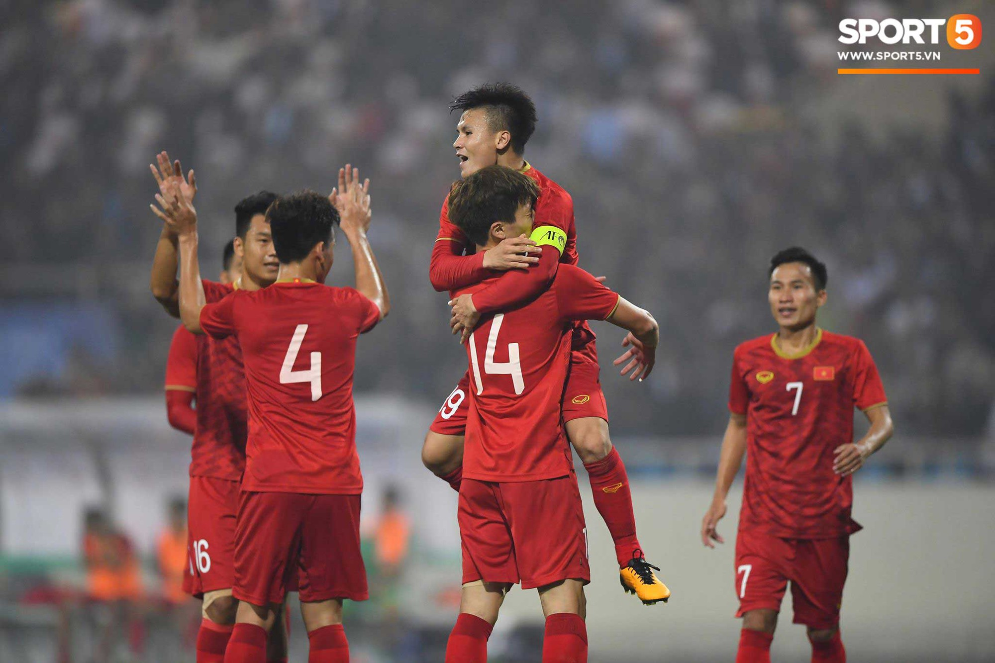 Sau đó, đến lượt Nguyễn Quang Hải thể hiện khả năng kỹ thuật tuyệt vời. Anh vượt qua 4 cầu thủ đối phương trước khi kiến tạo cho Hoàng Đức nâng tỉ số lên 2-0.