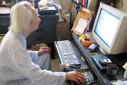 Ở tuổi 101 nhạc sư Nguyễn Vĩnh Bảo vẫn còn dạy đàn qua internet và viết giáo trình giảng dạy đàn tranh