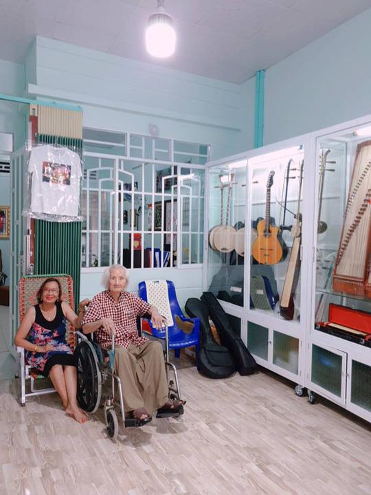 Nhạc sư và con gái - cô Thu Anh tại hiệu đàn mang tên ông