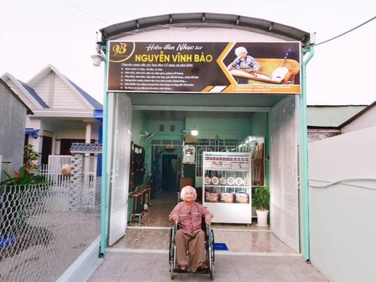 Nhạc sư Nguyễn Vĩnh Bảo tại hiệu đàn mang tên ông ở Cao Lãnh, Đồng Tháp