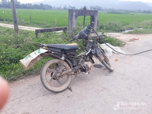 Chiếc xe máy để lại tại hiện trường - Ảnh: Báo Nghệ An