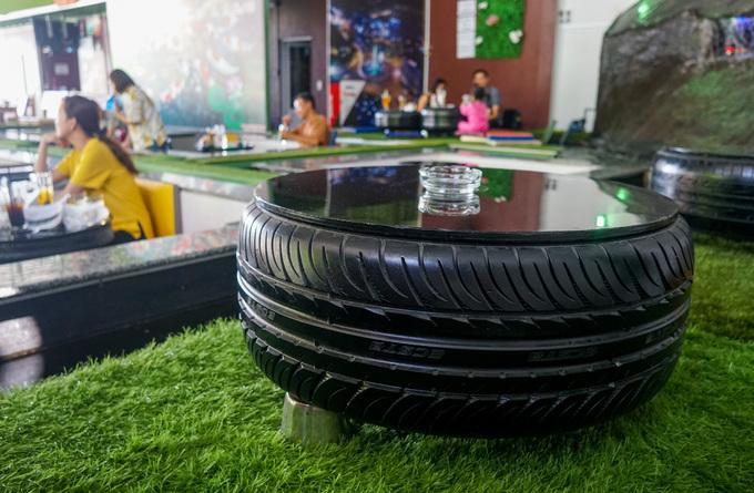 Một số chiếc bàn trong quán được tái chế từ lốp xe ôtô bỏ đi.