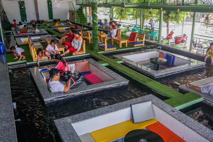 Quán cà phê ngắm cá nằm trong khu dân cư 586, phường Phú Thứ, quận Cái Răng, TP Cần Thơ. Quán có diện tích gần 400 m2, phần lớn là không gian mặt nước.
