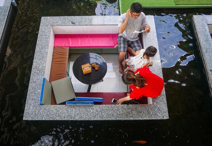 Dưới lòng hồ sâu khoảng 70 cm, chủ quán xây dựng 10 bể nhỏ hình vuông, đặt bàn ghế cho khách ngồi thư giãn.