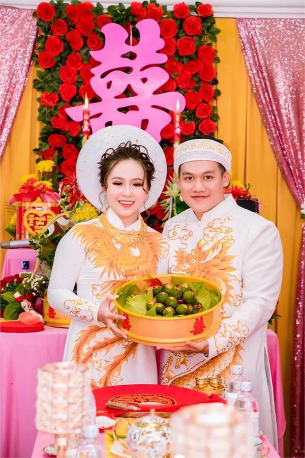 Hình ảnh về cô dâu trẻ và chồng trong lễ dạm ngõ.