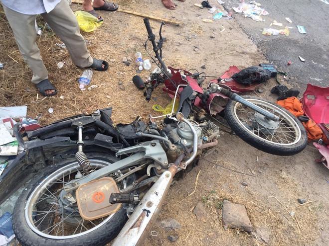 Xe máy của nạn nhân hư hỏng nặng (ảnh: Thanh Niên).
