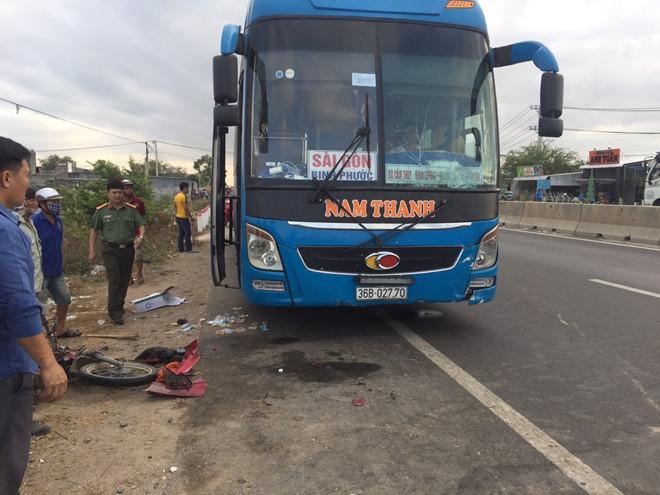 Xe khách đâm xe máy gây tai nạn thương tâm (ảnh: Thanh Niên).