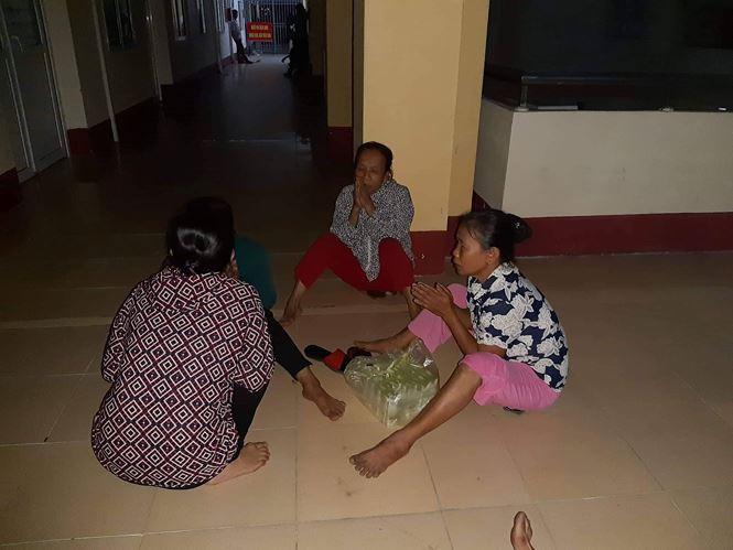 Gia đình chờ kết quả ở bệnh viện.