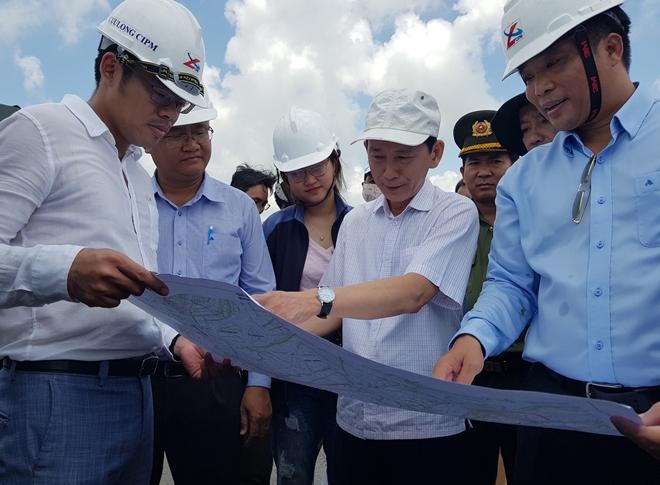 Chủ tịch UBND TP Cần Thơ trực tiếp thị sát, kiểm tra tại cầu Vàm Cống vào trưa 14-5.