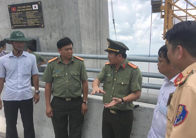 Đại tá Đinh Văn Nơi, Phó Giám đốc Công an TP Cần Thơ chỉ đạo công tác đảm bảo an ninh trật tự tại buổi khảo sát thực tế trên cầu Vàm Cống.