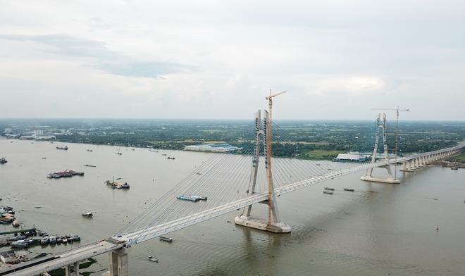 Cầu Vàm Cống, nối đôi bờ sông Hậu.