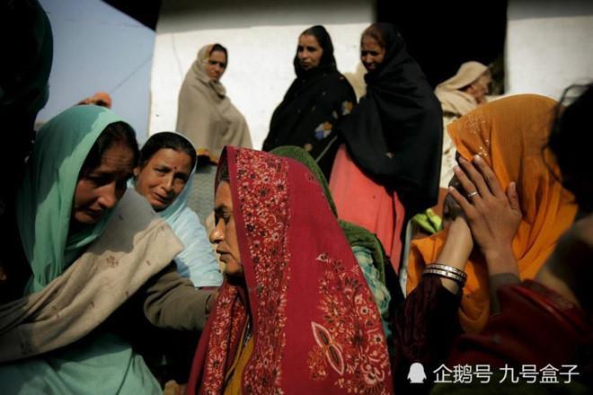 Người thân khóc ròng cầu nguyện cho những nạn nhân bị sét đánh. Ảnh: Sina.
