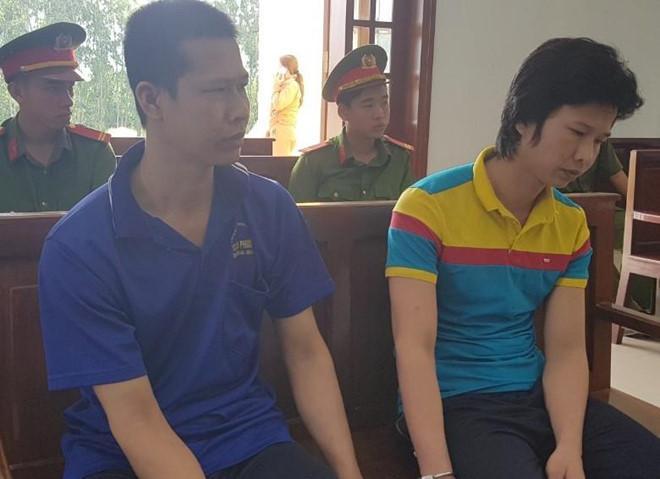 Hùng (trái) và em trai tại phiên toà. Ảnh: Minh Anh.