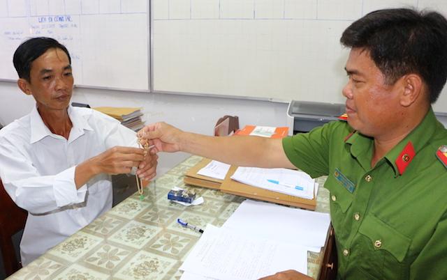 Công an huyện Trà Ôn trao trả tài sản cho người mất trộm.