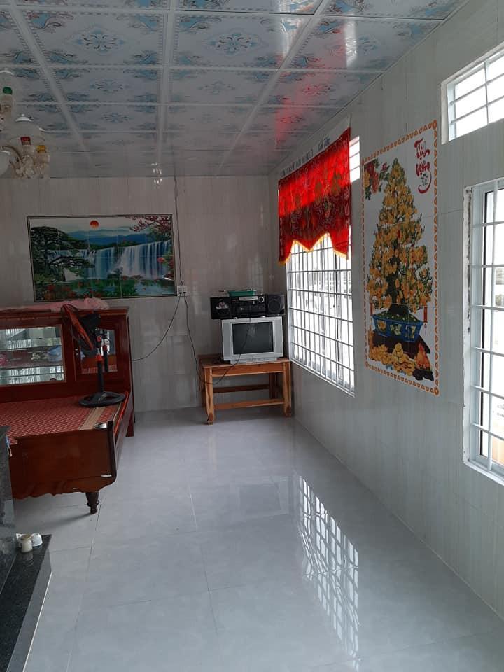 Bên trong nhà xây một ngôi mộ đẹp đẽ nhưng có cả giường, tủ,tivi, quạt, đài...