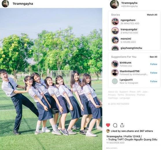 Với tên gọi @1tramngayha, bộ ảnh ghi lại những khoảnh khắc nhí nhảnh, vui tươi của 3 học sinh nam và 30 bạn nữ chuyên Văn. Các bức hình này đều được lớp đăng tải lên tài khoản Instagram cùng tên, sau đó cho ra đời loạt ảnh với background là khung hình mạng xã hội này.