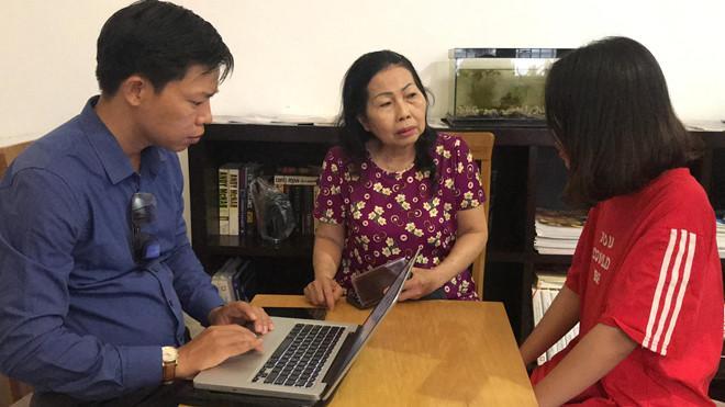 Chị Nguyễn Thị Hằng kể với luật sư Trần Thị Ngọc Nữ chi tiết vụ bị sàm sỡ trên xe khách Phương Trang. Ảnh: Thu Hằng.