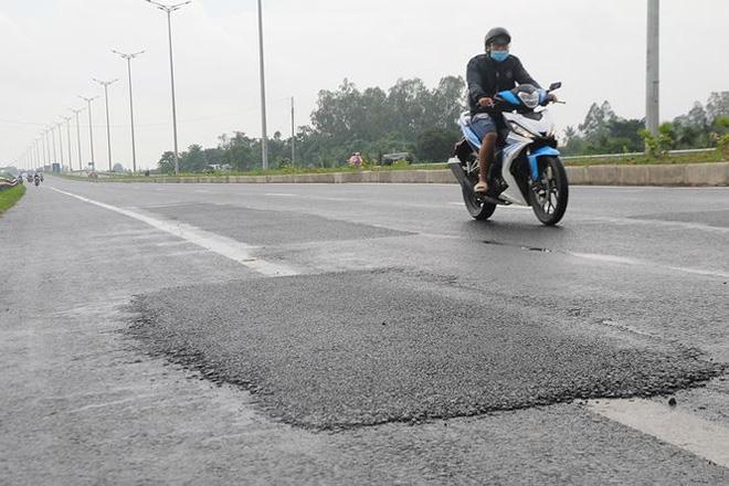 Ghi nhận của PV Tiền Phong sáng 30/6, đoạn đường dẫn lên cầu Vàm Cống phía bờ Cần Thơ có nhiều điểm mới được dặm vá.