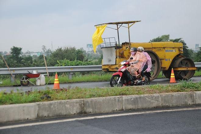 Phương tiện thi công sửa chữa mặt đường.
