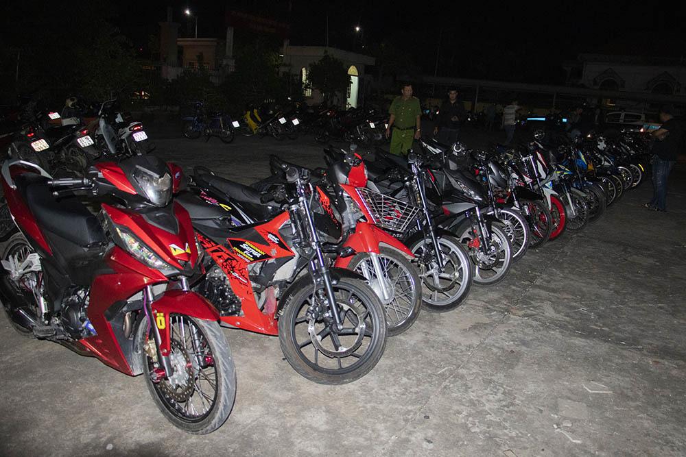 Hàng chục xe được độ lại nhằm phục vụ đua xe của nhóm thanh niên. Ảnh: C.A