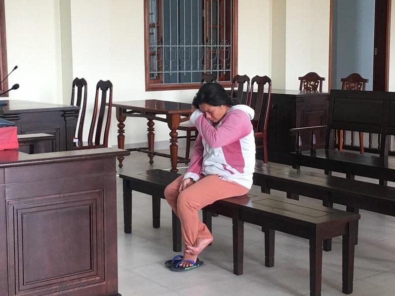 Bị cáo Trần Thị Đông quệt nước mắt trong lúc chờ tòa vào nghị án. Ảnh: NN