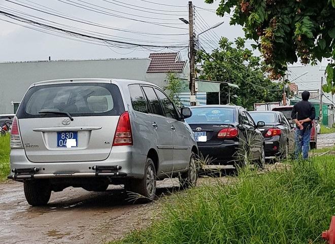 Nhiều xe công đậu trong khu dân cư Đại Thành, chờ rước cán bộ đi dự tiệc cưới nhà bà Đào vào chiều 20/7. Ảnh: Việt Tường.