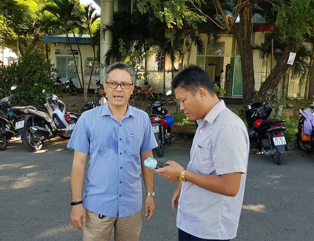Anh Huỳnh Quốc Huy (trái) trao đổi với báo chí