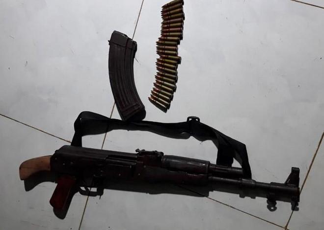 Khẩu súng AK Tùng dùng bắn bạn gái. Ảnh: Minh Lộc.