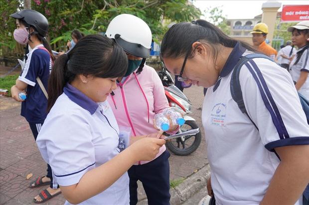 Thí sinh sau khi dự kỳ thi THPT Quốc gia tại Bạc Liêu (ảnh Nhật Hồ)