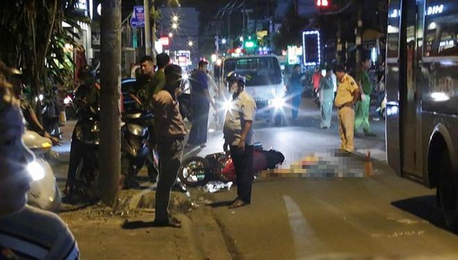 Nam thanh niên điều khiển xe máy va chạm với xe buýt và bị cán tử vong. Ảnh: HT