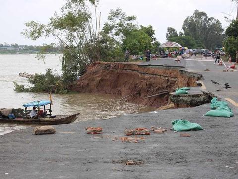 Mặt đường Quốc lộ 91 bị sạt lở xuống sông Hậu. Ảnh: Báo Pháp Luật thành phố Hồ Chí Minh