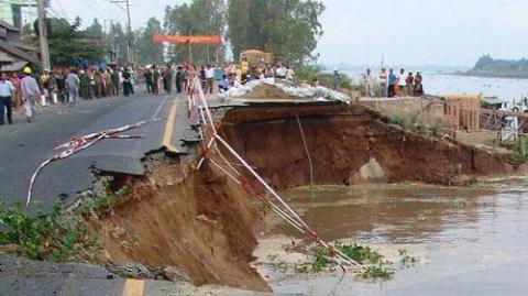 Sông Hậu đã ăn đứt một đoạn quốc lộ 91 tại huyện Châu Phú (An Giang). Ảnh: Tuổi trẻ