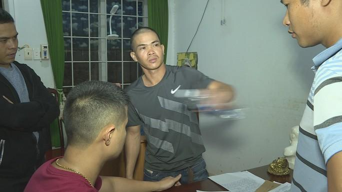 Nguyễn Minh Luân diễn tả lại hành động đâm bạn nh ậu
